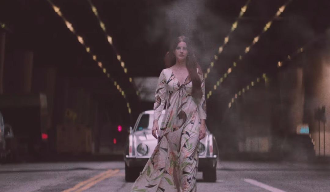 Lana Del Rey puissante dans le clip de « White Mustang »