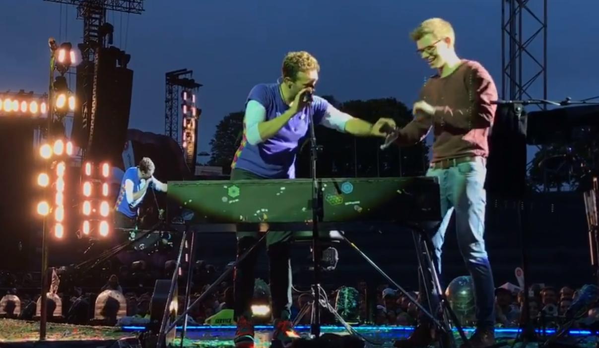 Un fan rejoint Chris Martin sur scène!