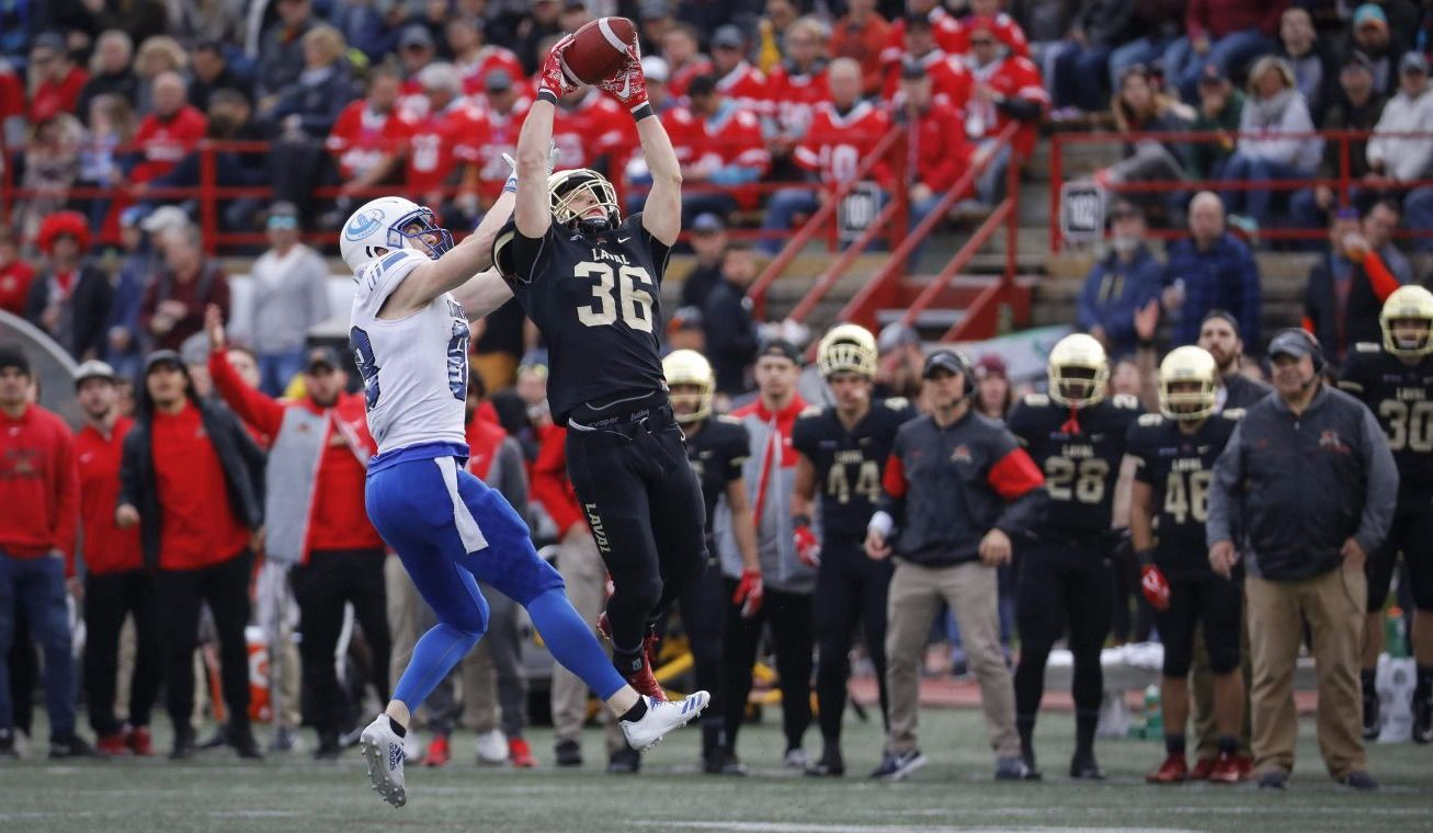 Six interceptions coulent les Carabins contre le Rouge et Or
