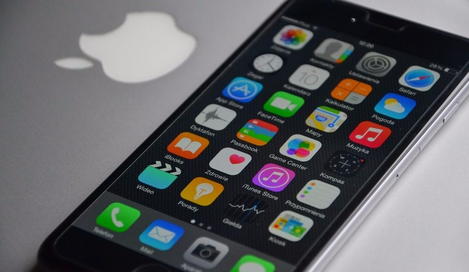 "Montrealer Files Class Action against Apple for ""Planned Obsolescence"""