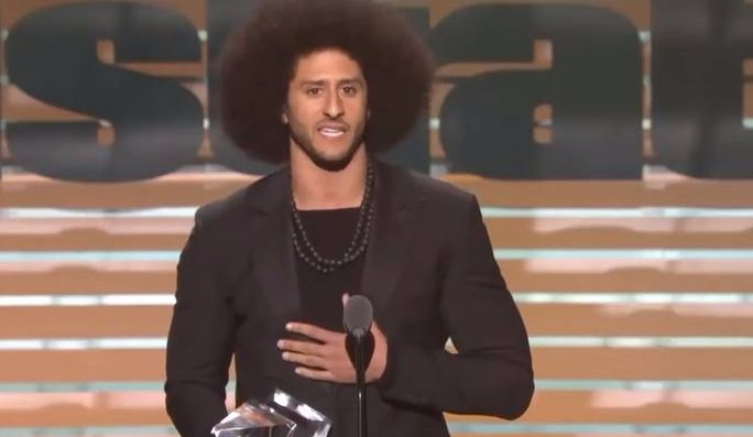 Colin Kaepernick honoré par Sports Illustrated (vidéo)