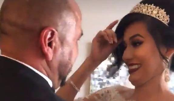 Un père est ému devant sa fille en robe de mariée