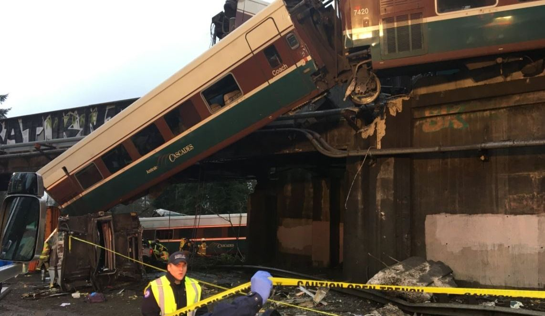 Déraillement spectaculaire d'un train tombé d'un pont sur une route — États-Unis