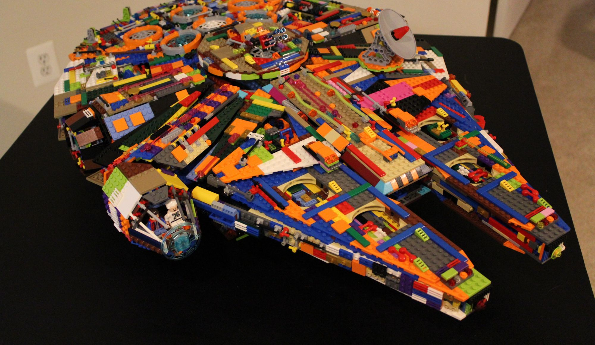 Un faucon Millénium fait de Lego en vrac