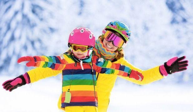 Une journée au centre de ski avec un jeune enfant