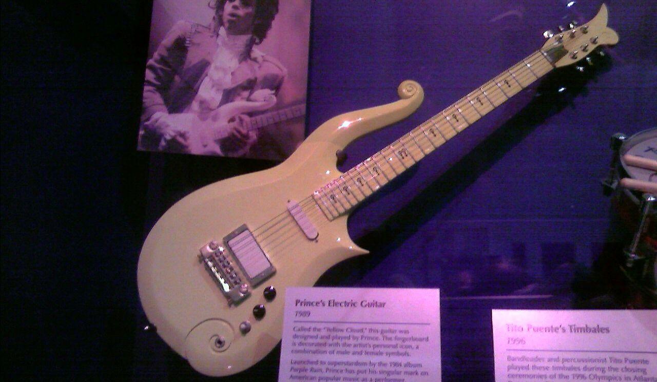 Plusieurs objets de Prince aux enchères, dont une guitare Cloud