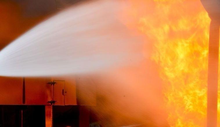 Véhicule détruit par le feu dans un incendie criminel