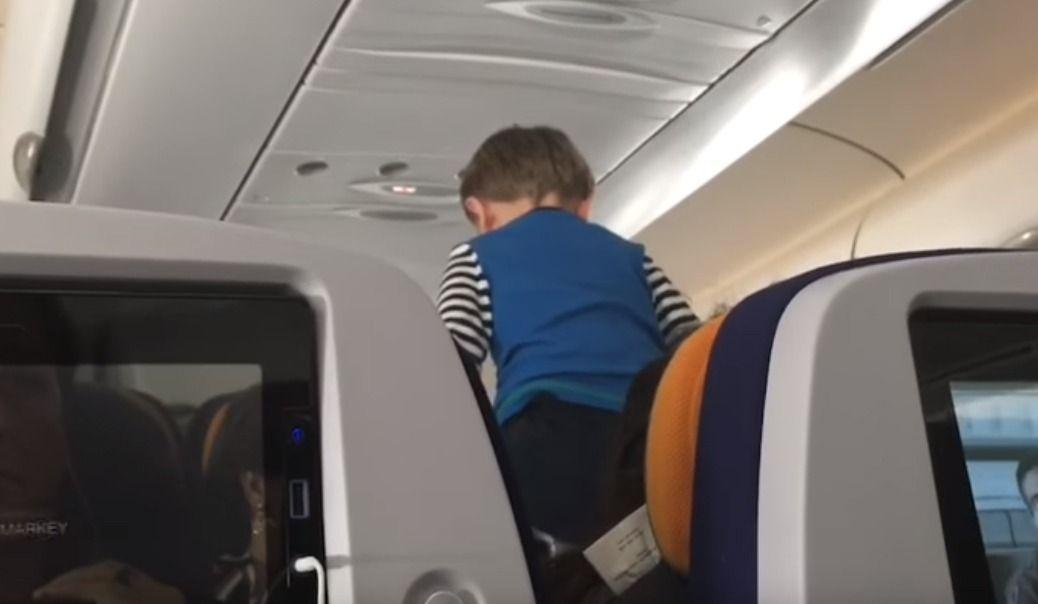 Huit heures dans un avion avec un kid hors de contrôle