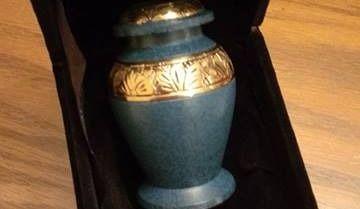 Des voleurs partent avec l'urne de son beau-père