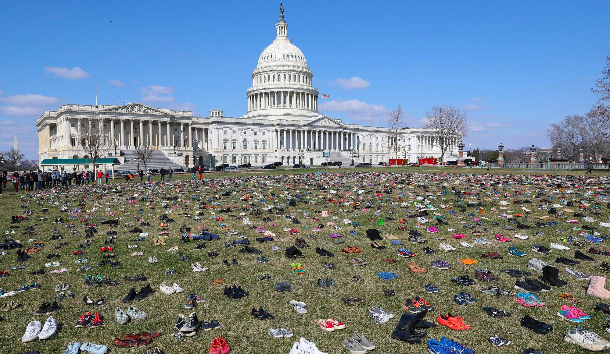 Des souliers à la mémoire des enfants tués par armes à feu aux États-Unis (vidéo)