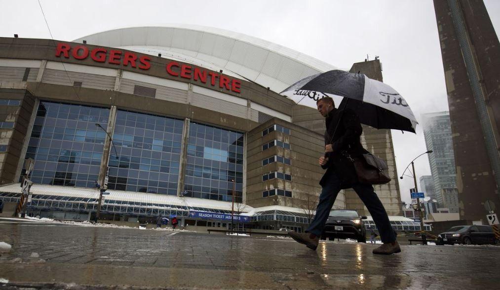 Le toit du Centre Rogers endommagé par le mauvais temps